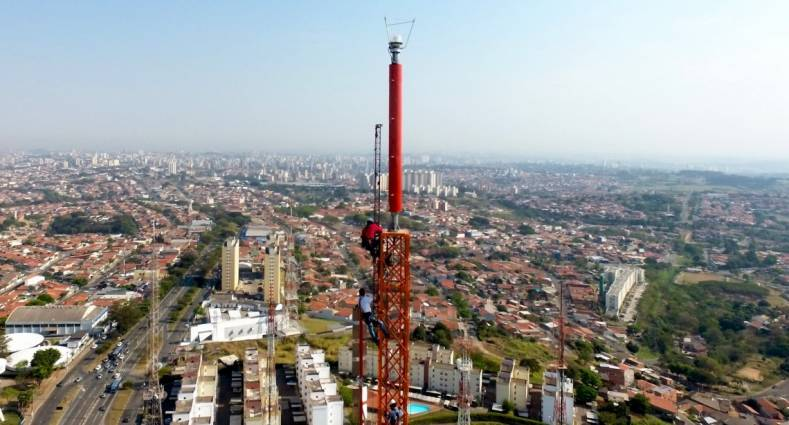 The antenna riggers installed a new top-mount slot antenna in Campinas, Brazil.