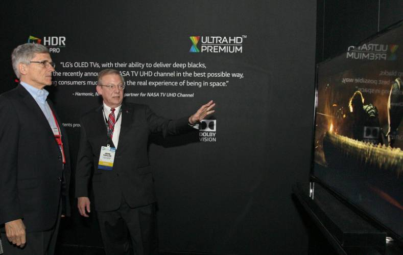 FCC Chairman Tom Wheeler (L) witnesses CES demonstration of ATSC 3.0 with HDR. John Taylor, VP of  LG Electronics USA (R).