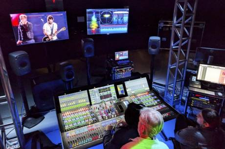 On site, the Lawo console operator mixed 128 input channels from the festival's Mundo stage and 64 from the Sunset stage.