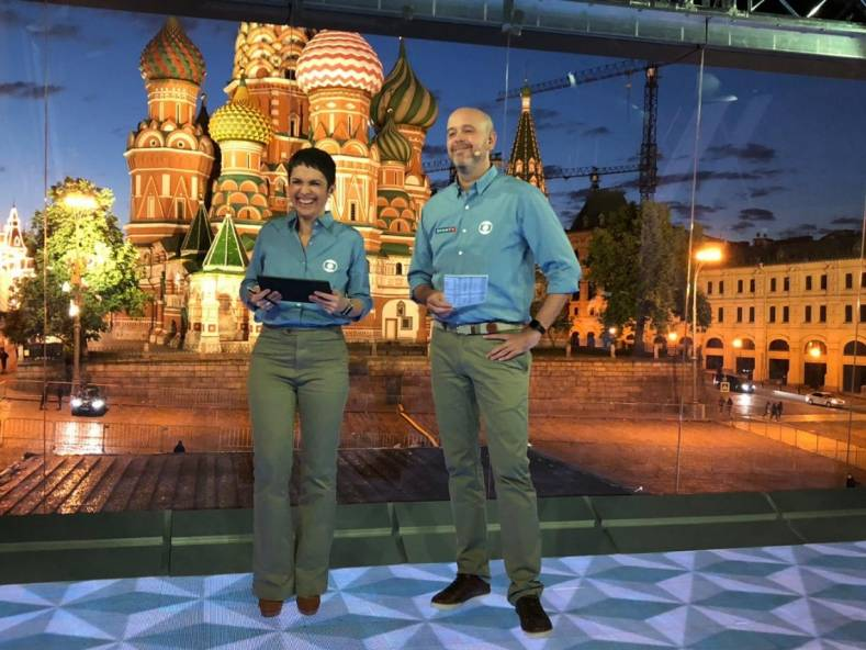 The remote studio in Red Square features a complex virtual set. Photo Credit: Globo - Carol Oliveira.]