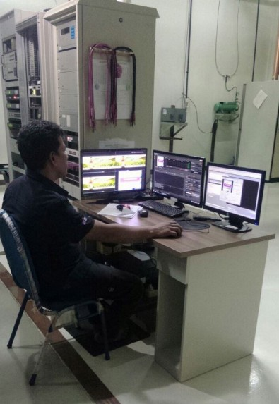 An Emtek technician works with an upgraded Neo system.