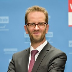 The regulator's ruling for Deutsche Telekom to modify its StreamOn streaming services was criticized for not going far enough by the Federation of German Consumer Organizations (VZBV) chairman Klaus Müller.